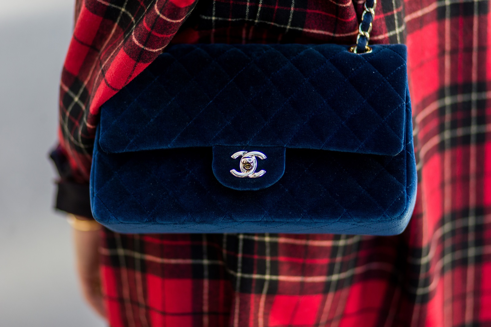 PARIS, FRANCE - OCTOBER 04: German fashion blogger Lisa Hahnbueck (@lisarvd) wearing Saint Laurent checked red Oversize Shirt, JBrand Highwaist Jeans, navy Chanel bag on October 4, 2016 in Paris, France. (Photo by Christian Vierig/Getty Images) *** Local Caption *** Lisa Hahnbueck